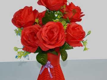 czerwone kwiaty z czerwonym wazonem - Musisz złożyć czerwony wazon z różami