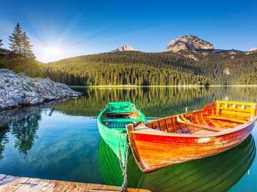 łódki na jeziorze o wschodzi słońca - łódki na jeziorze...............