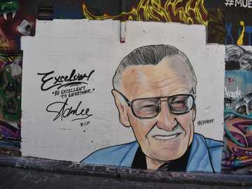 Mann, der Brillenillustration trägt - Stan Lee Wandbild in der Hosier Lane, Melbourne. Hosier Lane, Melbourne