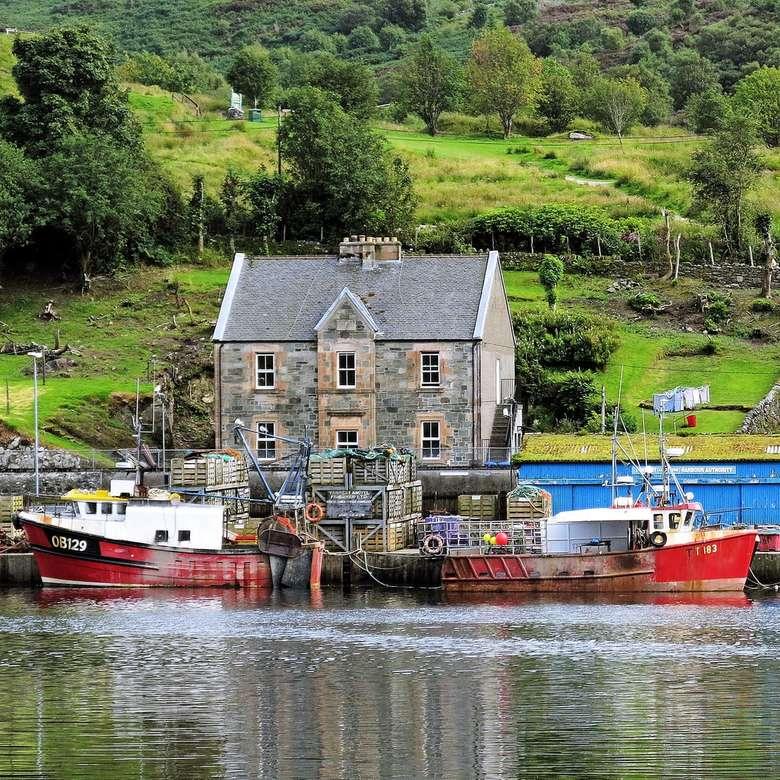 červený a bílý člun na vodě z blízkosti zelených stromů - červený a bílý člun na vodní hladině poblíž zelených stromů a šedého betonového domu během. červený a bílý člun na vodní ploše poblíž zelených stromů a šedého betonového d (7×7)