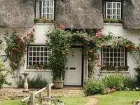 Maison romantique au toit de chaume