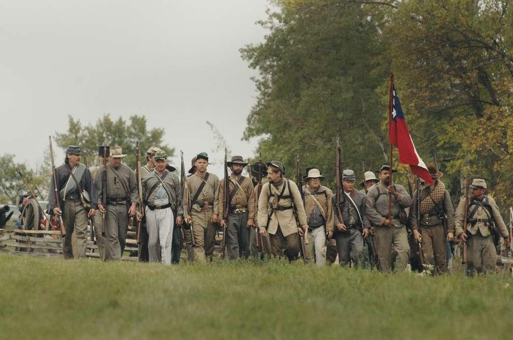 grupa mężczyzn posiadających broń myśliwską i flagę - Rekonstrukcja wojny domowej w The Wade House w Plymouth w stanie Wisconsin. To ogromne, coroczne wydarzenie, które przyciąga gości z całego kraju. Te zdjęcia zostały zrobione w 2005 roku, kiedy (13×9)