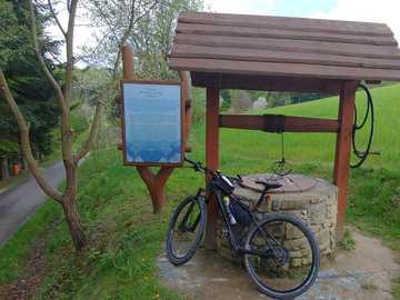 vélo près du puits - vélo près du puits, en voyage