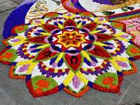 ornament samengesteld uit veelkleurige bloemen