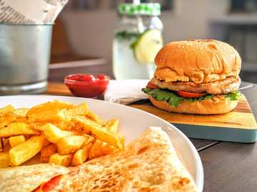 Burger und Pommes auf weißer Keramikplatte - Das Bild, das mich zum Food-Blogger machen könnte. Abuja, Nigeria