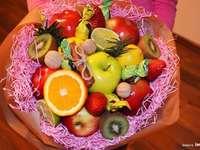 ένα μπουκέτο από φρούτα