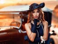 Femme en perles près de la voiture - Femme en perles près de la voiture
