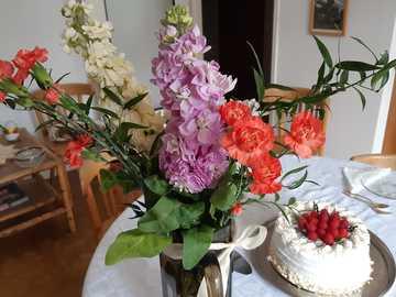Fête des mères - gâteau et fleurs pour la fête des mères