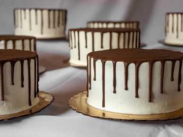 Ciasto czekoladowe. Biało-brązowe. - brązowy i biały tort na białym stole. Waco, Teksas, USA