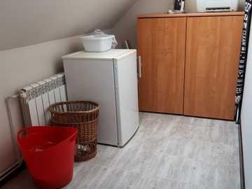 intérieur dans le grenier - intérieur avec réfrigérateur dans le grenier