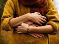 feche as mãos - pessoa em moletom cinza. Hamburgo, Alemanha