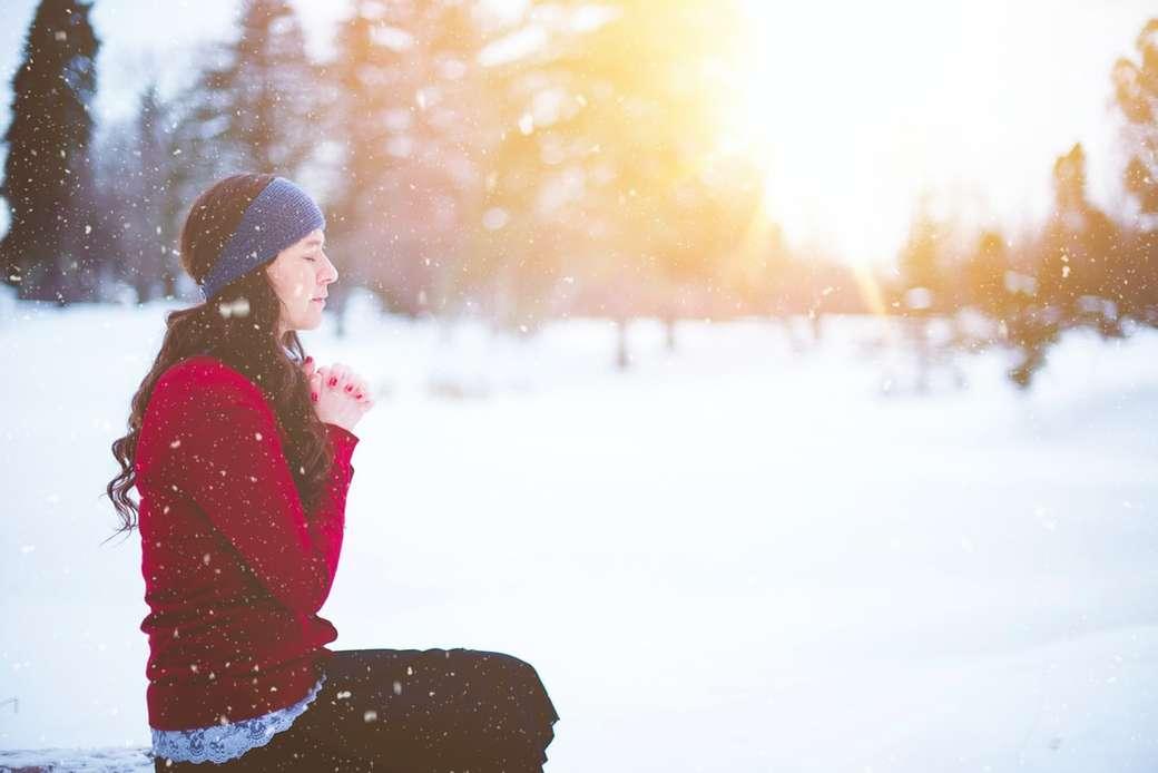 Mujer rezando durante el invierno - mujer sentada con los ojos cerrados rodeada de nieve (8×6)