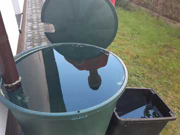 recueillir l'eau de pluie - les gens collectent l'eau de pluie