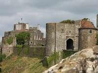 Puerto inglés de Dover con castillo sobre la ciudad