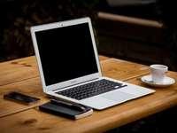 лаптоп macbook на бюро