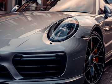 #porsche - Porsche 911 argento parcheggiata di fronte all'edificio. Soho, Londra, Regno Unito
