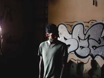 Pamiętniki Bando - mężczyzna stojący przed ścianą. Long Island, Stany Zjednoczone