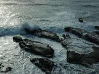Wellen krachen auf Felsen - Swanton Black Finger Rocks, nördlich von Santa Cruz, Pazifik, Kalifornien, USA. Santa Cruz, Kalifor