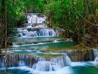 Vattenfall. - Vattenfall i den Kanchanaburi skogen.