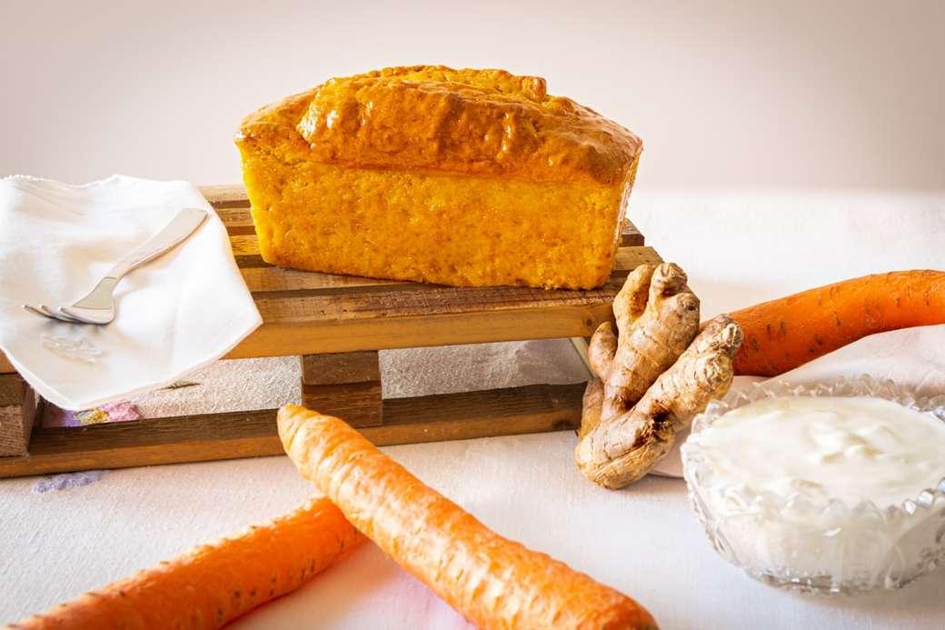 Ciasto marchewkowo-imbirowe - chleb na białym ręczniku papierowym (12×8)