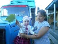 mała dziewczynka w sukience - składanie samochodu i dziewczynki