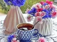 чаша кафе на верандата и букети метличина - чаша кафе на верандата и букети метличина