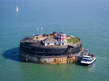 Military Fort Solent przed luksusowym hotelem GB w Portsmouth - Military Fort Solent przed luksusowym hotelem w Portsmouth England
