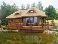 dom drewniany nad jeziorem