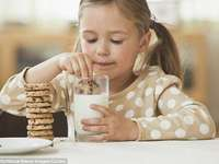 Ich mag Kekse mit Milch - Mädchen, das Keks mit Milch isst.