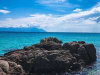 Felseninsel neben dem Gewässer - Am Strand ist das Leben anders. Die Zeit bewegt sich nicht von Stunde zu Stunde, sondern von Stimmun