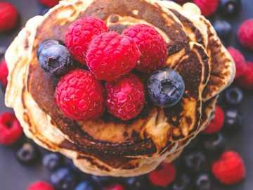 Turm des Glücks - braune Torte mit roten und blauen Beeren.