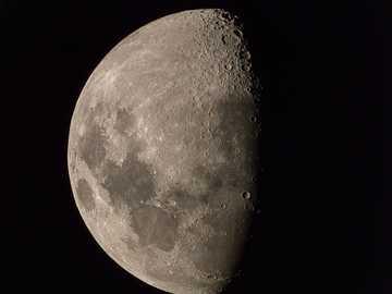 pleine lune sur fond noir - 3/4 lune  Un ensemble de 76 images séparées (portatives), alignées dans Photoshop et médianes m�
