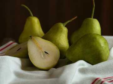 frutta mela verde su tessuto bianco - Seth: Non so che sapore abbia una pera per te Maggie: dolce, succosa, morbida sulla lingua, granulos