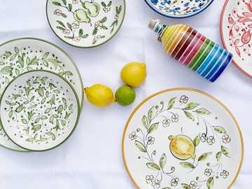 Colorful Italian tableware and plates by Molleni - yellow lemon on white and green floral ceramic plate. Deruta, Pérouse, Italie