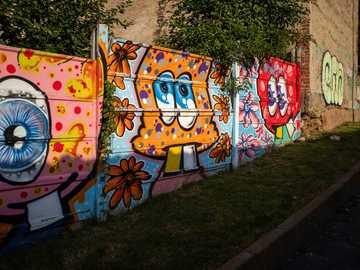 Graffiti à Brasov, Roumanie - graffitis sur le mur pendant la journée. Brașov, Roumanie