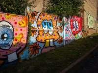 Graffiti v Brasov, Rumunsko - graffiti na zdi během dne. Brašov, Rumunsko