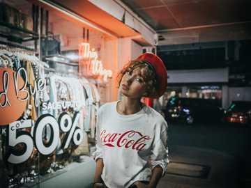 Więcej na @ joshrh19 (instagram) - biała koszula damska Coca-Cola z okrągłym dekoltem.