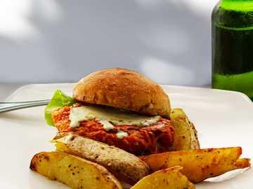 Hamburger auf Teller - Lachsburger mit Pommes? von https://unsplash.com/franagain. Boulder 54 Restaurant, Boquete, Panama