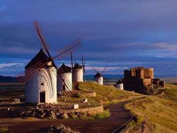 L'Espagne avec des moulins à vent et le château de La Muela en arrière-plan. - m ..........................