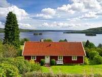 Piros ház a tónál, Svédországban