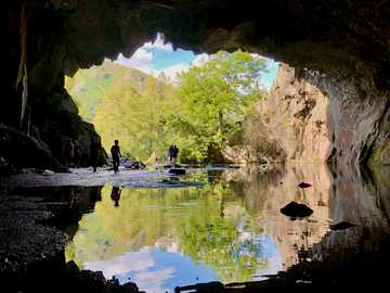 Rydal-Höhlen im Lake District - Gewässer zwischen brauner Felsformation während des Tages. Rydal Cave, Ambleside, Großbritannien