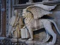 pap és oroszlán szobor