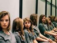 Πόσα κορίτσια; - Πόσα κορίτσια στο δωμάτιο;