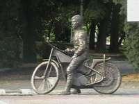 Jancarzův pomník - socha slavného plochodrážního jezdce