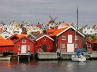 Orust faházak a víz mellett Svédország