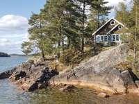 Casă lângă lac în Suedia