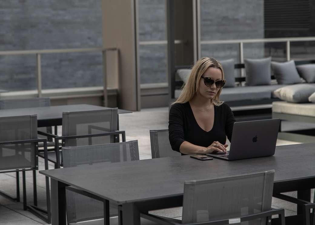O surprind pe Veronica lucrând pe computerul ei