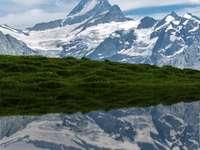 Nikon D800 24-120mm F4 - tagsüber schneebedeckter Berg. Grindelwald, Schweiz