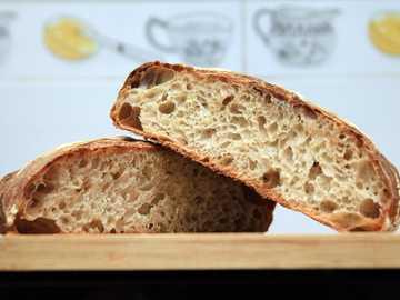 pan integral en la mesa de madera marrón - Pan de Masa Madre Orgánica Artesanal (RW). Macao