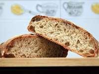 bruin brood op bruin houten tafel - Handgemaakt Biologisch Zuurdesembrood (RW). Macau
